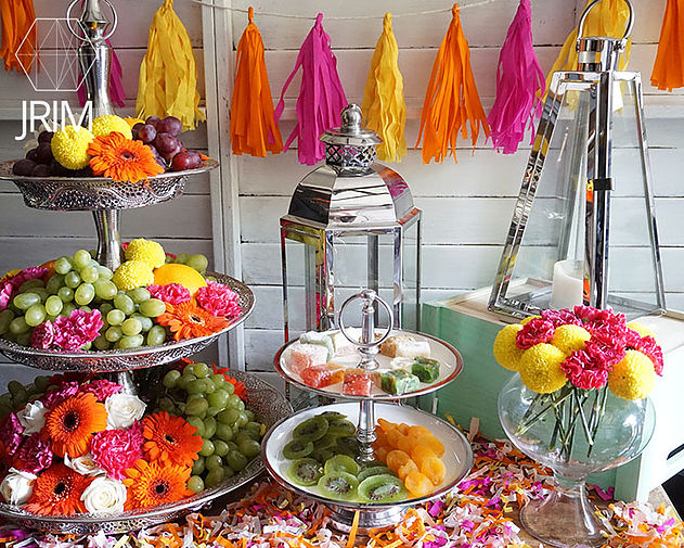 Since The Main Serveware And Décor Are All Silver Metal, We Get The Warm  And Bright Colors Of The U0027Moroccanu0027 Look Via The Food And Flowers!